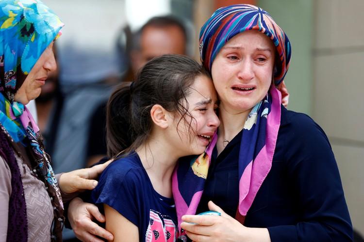 Родные погибших при теракте в аэропорту
