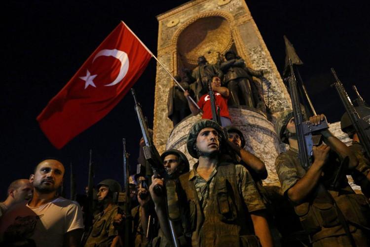 Военные захватили все основные стратегические объекты в двух городах Турции