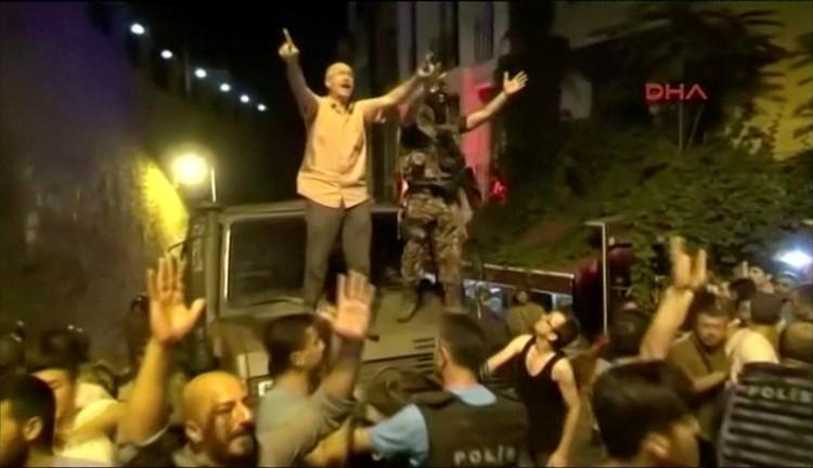 Противники путча вышли на улицы с национальными флагами