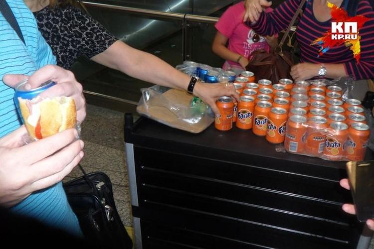 Пассажиров угощают бутербродами и напитками. Фото предоставлено героям публикации.