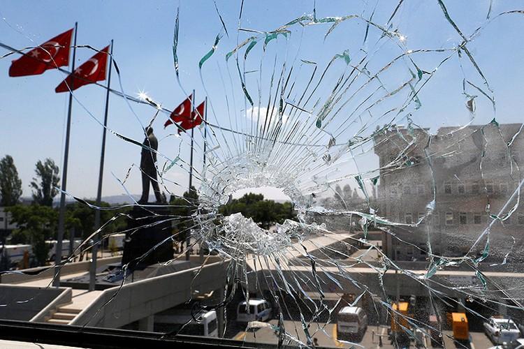 Разбитое пулей окно в Анкаре.
