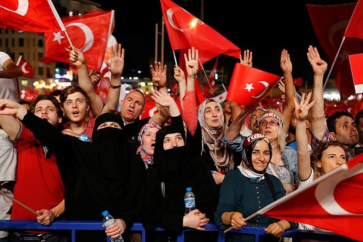 Участники многотысячного митинга на площади Таксим в Стамбуле.