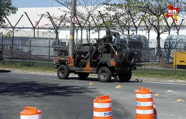 На улицах очень много полиции, очень много серьезно вооруженных гвардейцев, ездят они на БТРах, на машинах