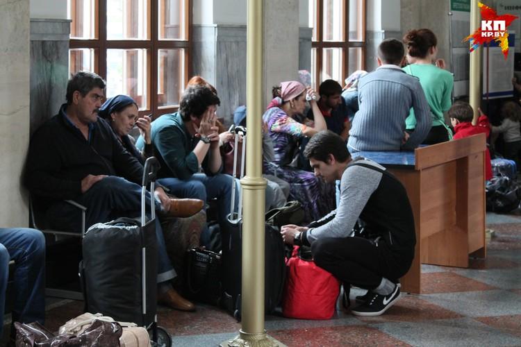 С чемоданами и детьми семьи беженцев каждый день ездят туда-сюда.