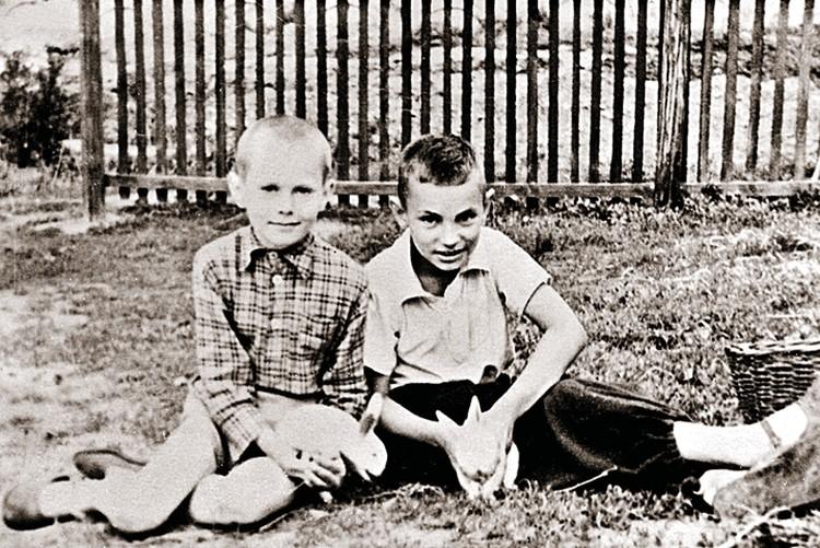 В детстве Вова Жириновский (на фото - слева) разводил кроликов. На этом снимке он с другом Володей Драгуном. Алма-Ата, 1954/1955 гг.