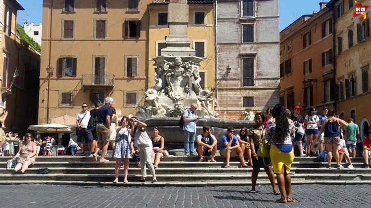 Туристов не смущает, что на улице 36 градусов жары.