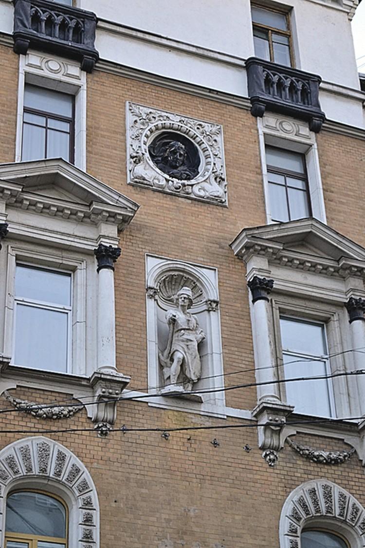 В лепнине на доме страхового общества «Россия» на Сретенском бульваре кто-то видит вольного каменщика на фоне раковины, а кто-то - аллегорическое изображение технического прогресса.