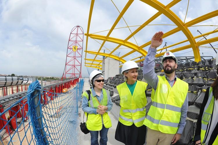 Ориоль Гарсия, менеджер курорта Port Aventura, проводит экскурсию про стройплощадке.
