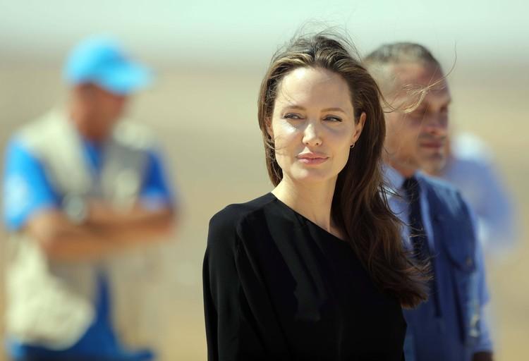 По словам друзей, последние месяцы Анджелина чаще виделась с генсеком ООН Пан Ги Муном, чем с мужем. Актриса побывала с гуманитарной миссией в Сирии 11 сентября. А 19-го - подала на развод. Фото: EAST NEWS.