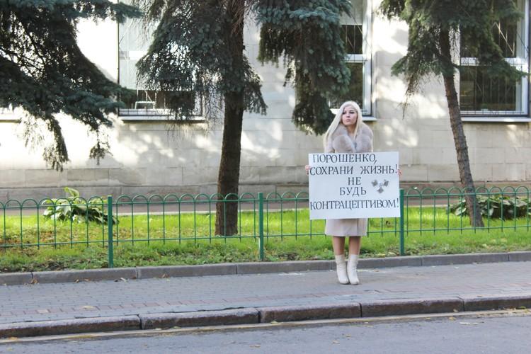 """Диана Кади """"поздравила"""" Петра Порошенко одиночным пикетом у посольства Украины."""