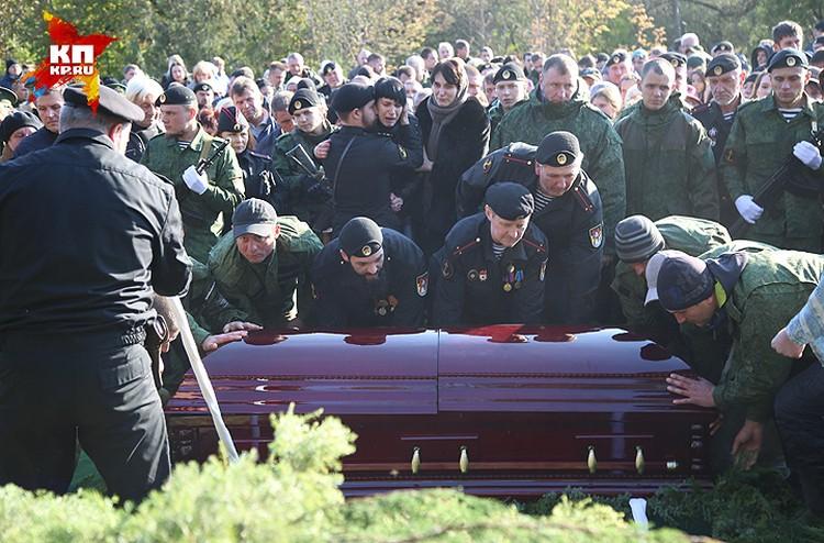 На кладбище присутствовали только самые близкие друзья и сослуживцы Моторолы.