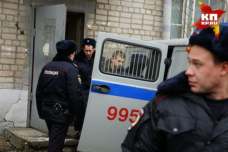 Руслана Соколовского вывели из зала суда под стражей и отвезли в СИЗО.