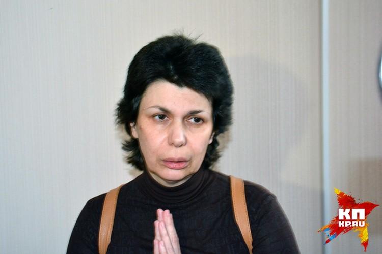 Мать обвиняемого в убийстве Наталья Конькова оправдывается перед журналистами, и заявляет, что ее сын невменяем.