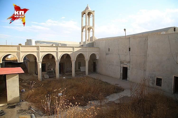 Двор уцелевшего храма зарос бурьяном.