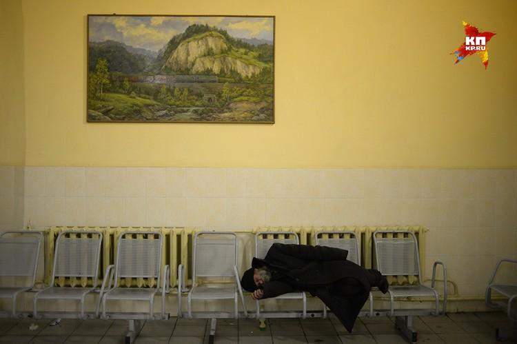 Бомж мгновенно лег на скамейку и притворился мертвым, давая понять - без боя ее не отдаст