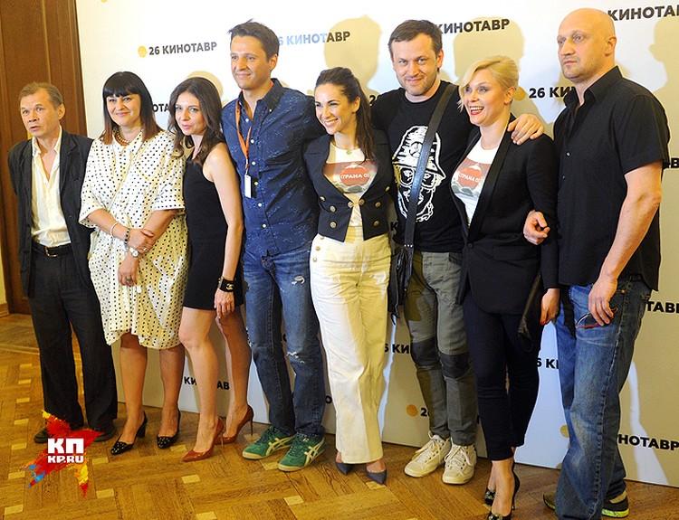 """Дмитрий Улюкаев (четвертый слева) среди съемочной группы и актеров картины """"Страна ОЗ""""."""