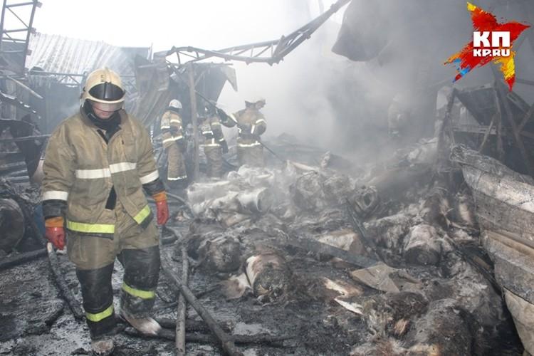 На много метров от склада резко пахнет сгоревшей пластмассой.