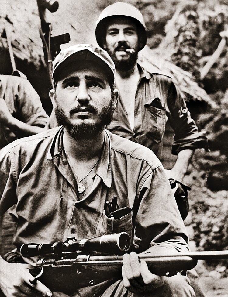 Кастро со своим телохранителем (1958 г.). Но, похоже, жизнь вождя берегли не столько телохранители, сколько сама судьба.