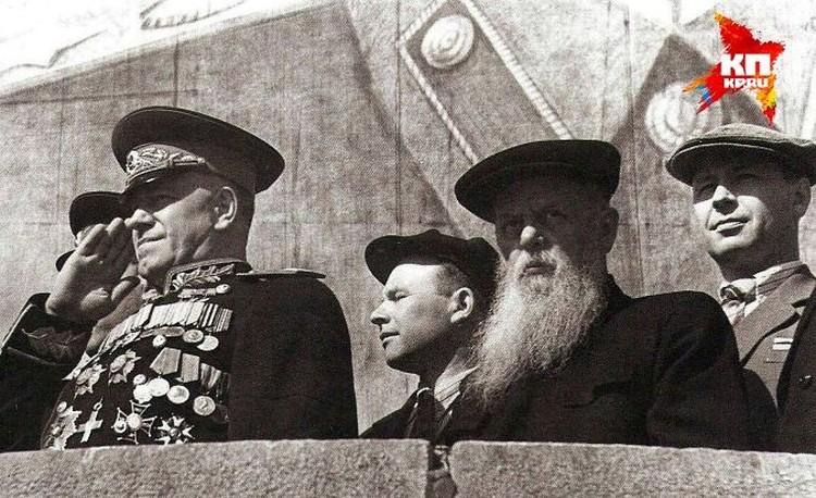 На Урале Георгий Жуков стал близко общаться с Павлом Бажовым. Они сдружились настолько, что редко когда их можно было видеть порознь. Фото из Госархива Свердловской области