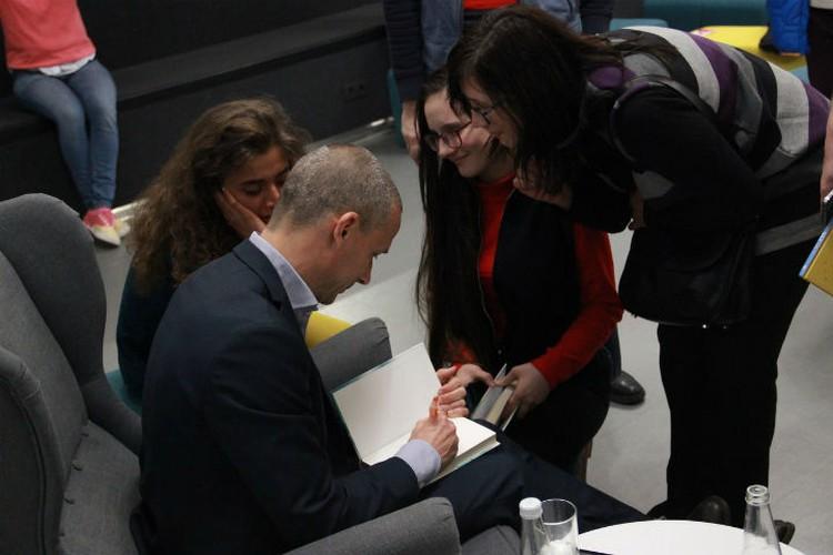 Время раздавать автографы