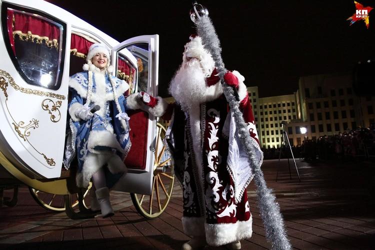 Главный Дед Мороз и Снегурочка ехали во главе колонны в карете