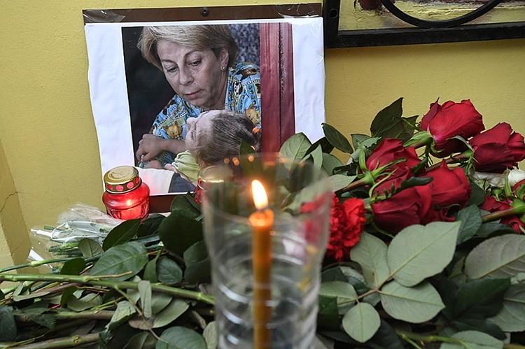 """Цветы у здания фонда """"Справедливая помощь"""", который возглавляла Елизавета Глинка"""