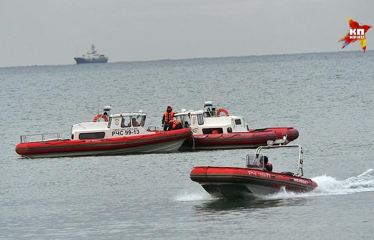 На месте крушения самолета в Черном море продолжается поисковая операция
