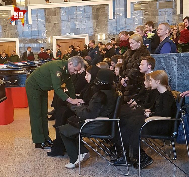 Министр подошел к жене Губанкова и его сыну со словами поддержки