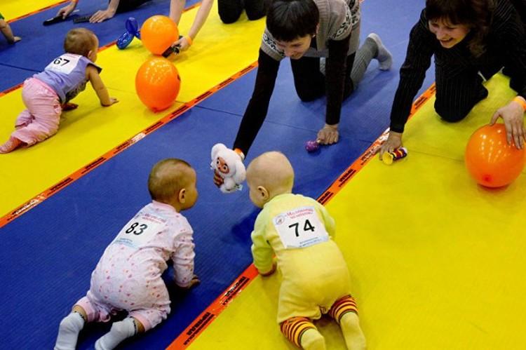 Вдохновлять малыша на быстрое прохождение дистанции, родители могут любыми предметами