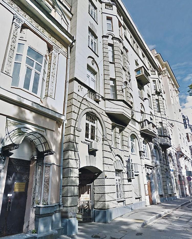 На кону — трехкомнатная квартира в центре Москвы в Староконюшенном переулке
