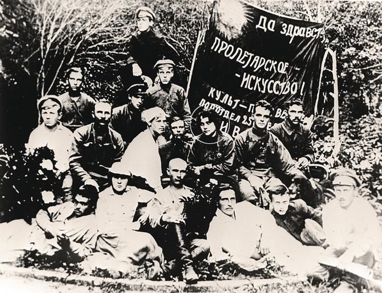 Анна Стешенко несла в массы пролетарскую культуру (справа от нее на фото - муж-комиссар).