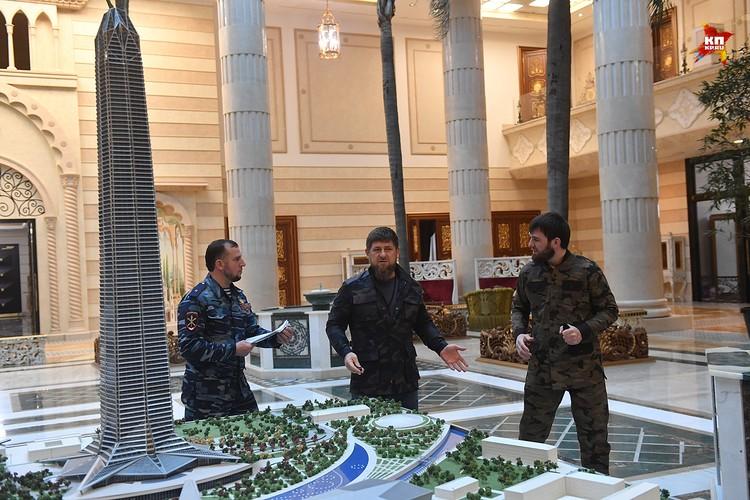 Рамзан Кадырова у макета Ахмат-тауэр в своей резеденции