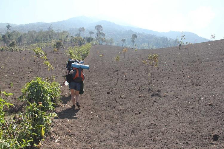 В таком виде обычно путешествуют туристы: рюкзак весом до 30 кг и бутыль с водой в руках. Фото: личный архив