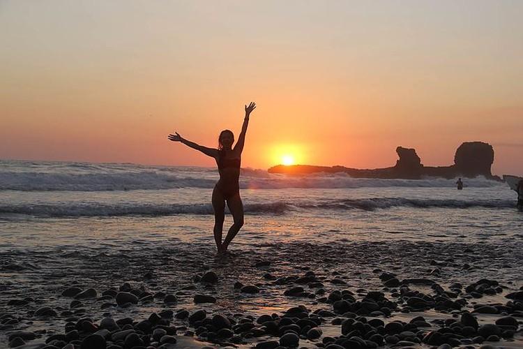 Катя на фоне заката в Эль-Сальвадоре на пляже Эль-Тунко
