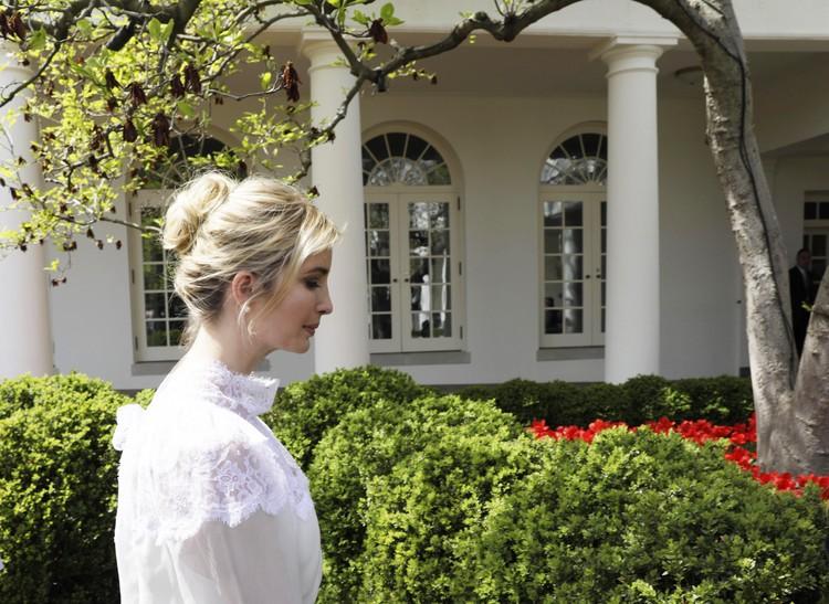 Иванка Трамп выбрала для встречи с королевской четой белый кружевной наряд.