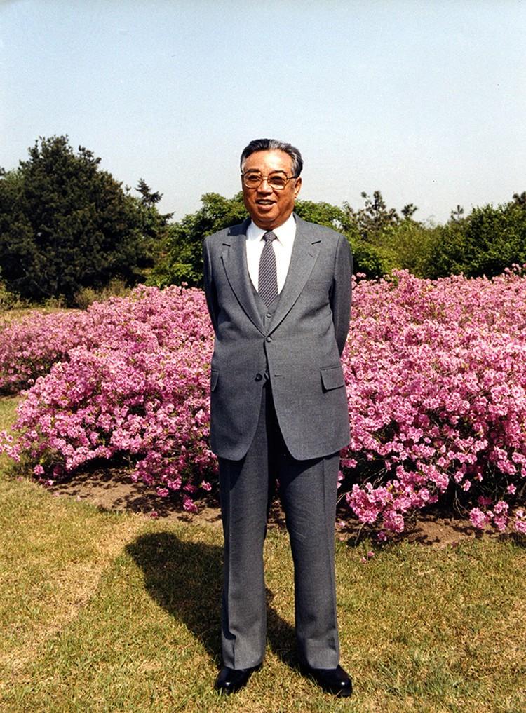 Однако раньше не было такого великого человека, как Президент социалистической Кореи Ким Ир Сен, который из века в век заслуживает восхваления и почтения.