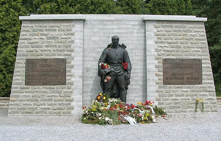 """Нынешний вид """"Бронзового солдата"""" на военном кладбище Таллина. ФОТО wikipedia.org"""