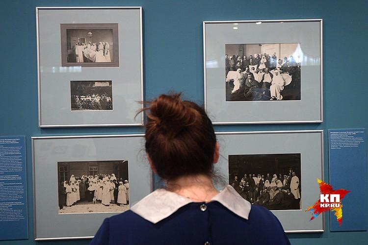 Для экспозиции выделили три комнаты, в которых разместили архивные фотографии, интерактивные панели с оцифрованными дневниками императрицы и даже кинозал.