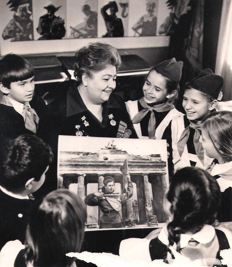 Лидия Андреевна с пионерами своей родной школы. 9 мая 1975 год. Фото: Личный архив семьи Овчаренко.