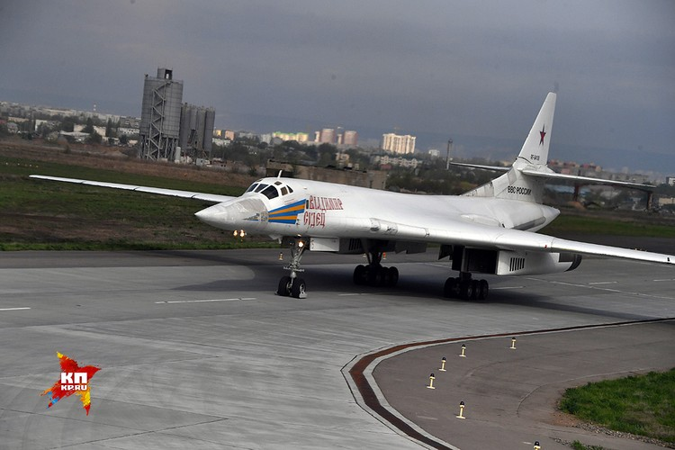 Ту-160 выруливает на взлетную полосу.