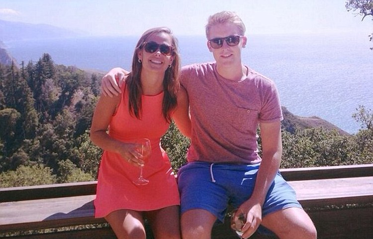 Хью и его подругу Харриет Томлинсон заметили вместе несколько месяцев назад во время отдыха в Калифорнии. Фото: Инстаграм.