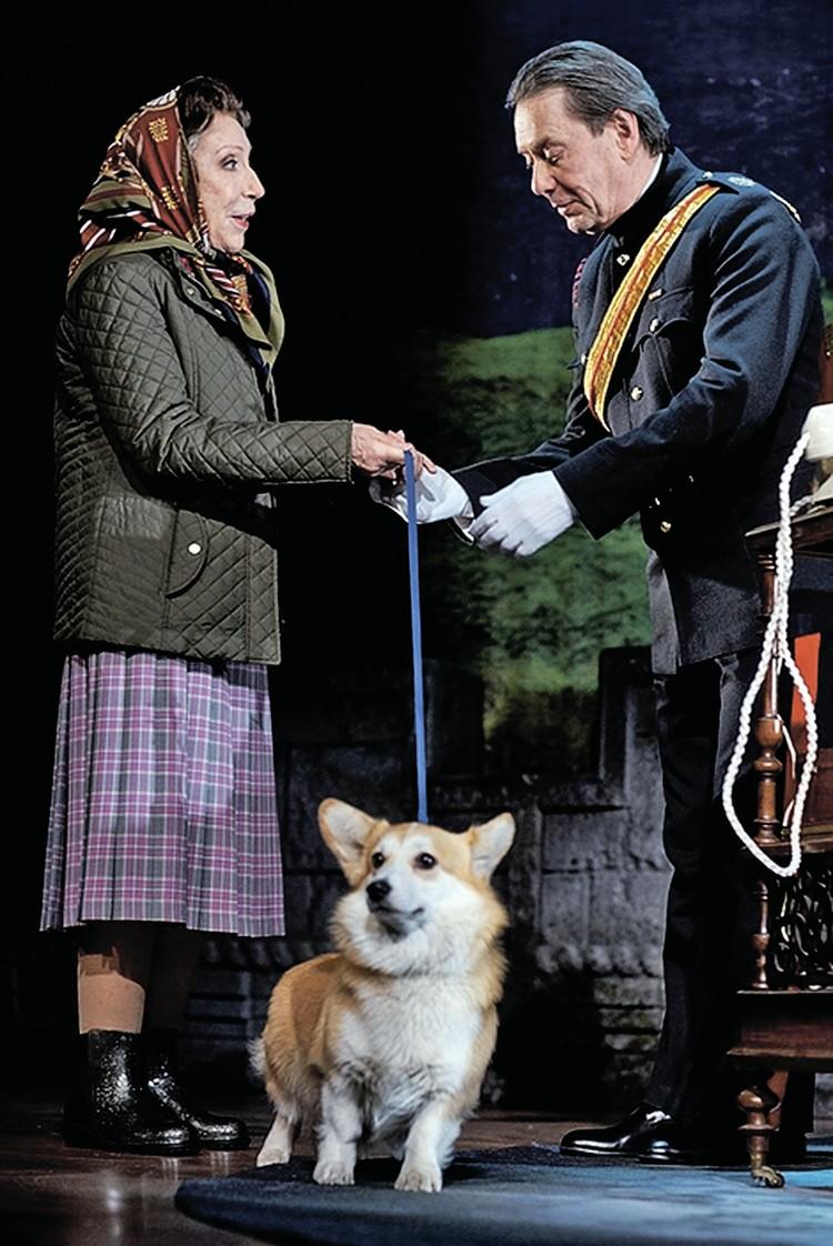 Роль королевских любимцев исполняют личные собаки Инны Чуриковой. Фото: theatreofnations.ru