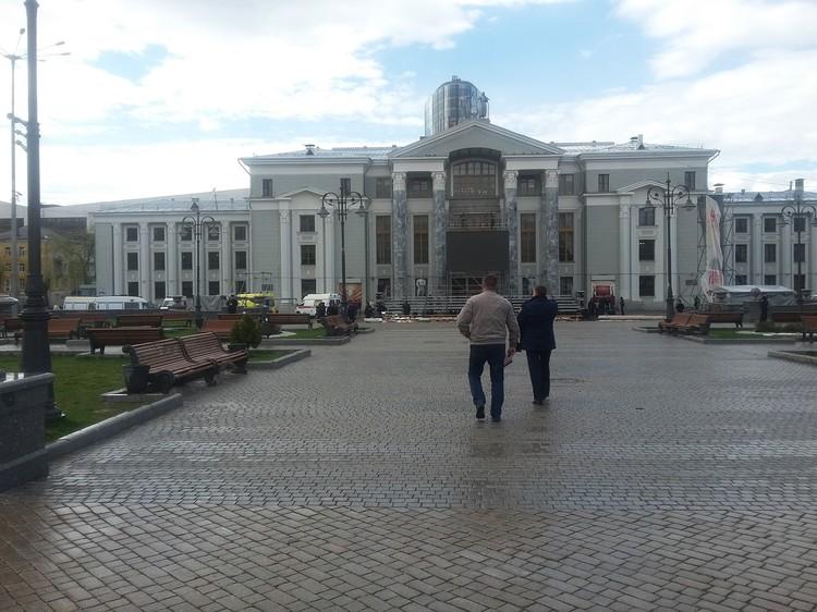 Всех участников репетиции завели внутрь ДК Солдатова