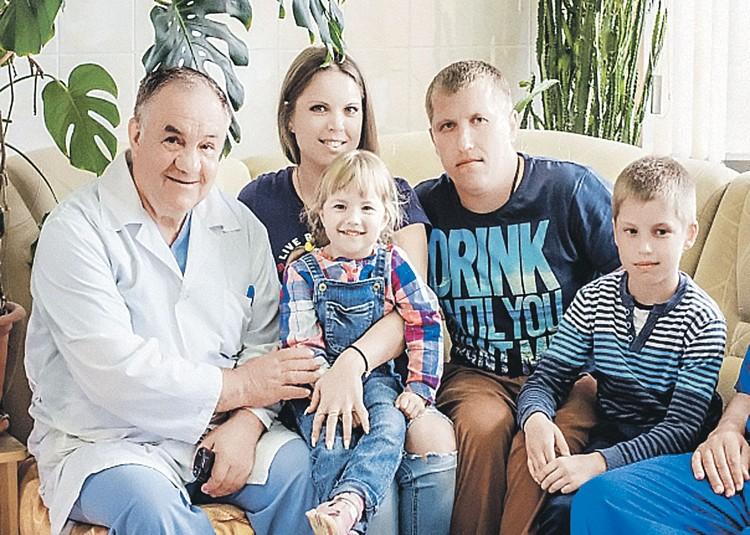 Доктор Медведев с семьей Мазур, которая считает его родным. Ведь он спас маму Таню и крошку Настеньку (на фото - в центре). Фото: Первый канал