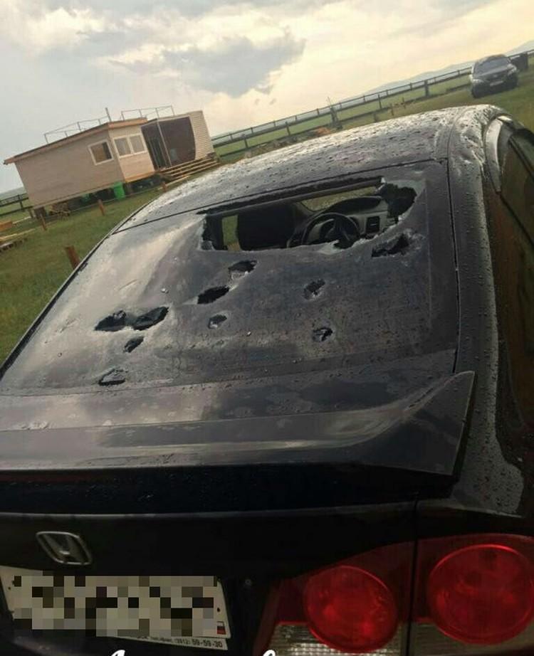 """Однако ледяные """"пули"""" с легкостью дырявили стекла. Фото: Ачинск автоканал."""