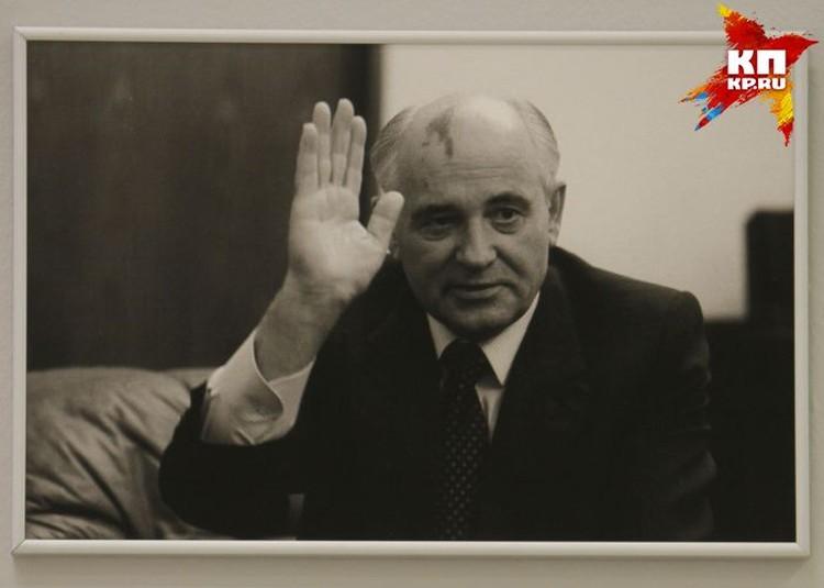 """Когда машина Михаила Горбачева двигалась по Фиделевской дороге, сотрудникам ГАИ пришлось понервничать из-за """"Москвича"""" с пьяным водителем, прорвавшегося через оцепления."""