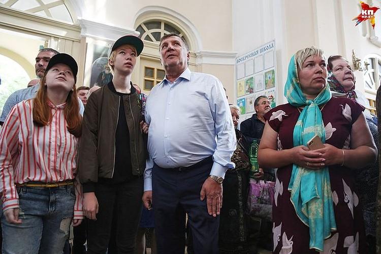 Питерский бизнесмен в толочинском храме с внучкой Анастасией.