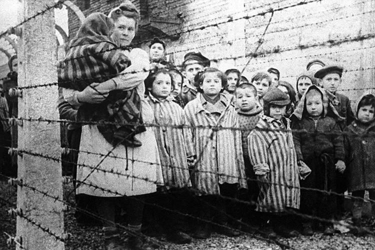 27 января 1945 года. Оставшиеся в живых дети после освобождения немецко-фашистского концентрационного лагеря Освенцим советскими войсками. ФОТО Фотохроника ТАСС