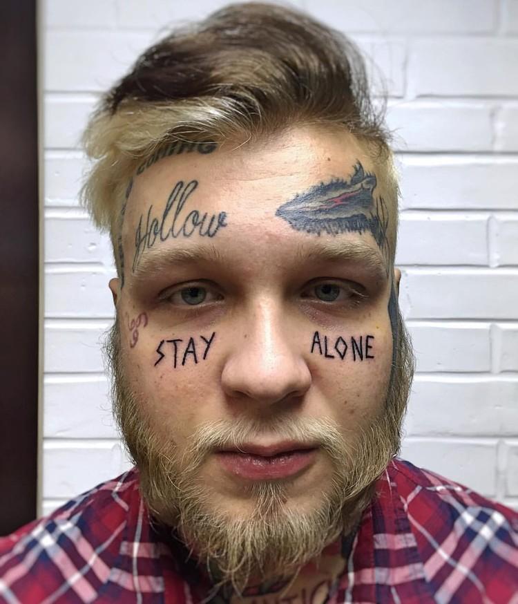 Сын актрисы, судя по всему, решил покрыть себя татуировками полностью