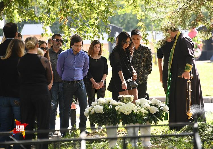 Родные и близкие певца на его похоронах.